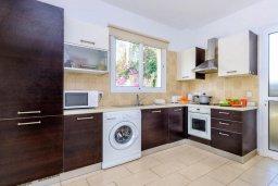 Кухня. Кипр, Пернера : Комфортабельная вилла с 3-мя спальнями, с бассейном и зелёным двориком с патио и барбекю