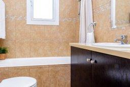 Ванная комната 2. Кипр, Пернера : Комфортабельная вилла с 3-мя спальнями, с бассейном и зелёным двориком с патио и барбекю