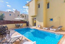 Фасад дома. Кипр, Пернера : Комфортабельная вилла с 3-мя спальнями, с бассейном и зелёным двориком с патио и барбекю