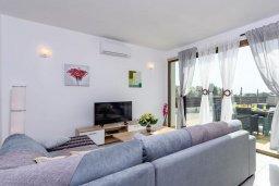 Гостиная. Кипр, Ионион - Айя Текла : Прекрасная вилла с 2-мя спальнями, с бассейном, просторной верандой с патио и барбекю, расположена всего в нескольких шагах от красивой гавани Potamos