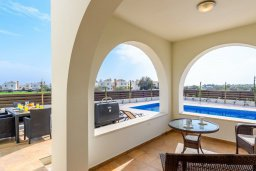 Зона отдыха у бассейна. Кипр, Ионион - Айя Текла : Потрясающая вилла с 3-мя спальнями, с бассейном, просторной верандой с патио, солнечной террасой с lounge-зоной и барбекю, расположена всего в нескольких шагах от красивой гавани Potamos