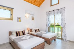 Спальня 2. Кипр, Ионион - Айя Текла : Великолепная вилла с 3-мя спальнями, с бассейном, просторной верандой с патио, солнечной террасой с lounge-зоной и барбекю, расположена всего в нескольких шагах от красивой гавани Potamos