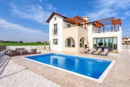 Фасад дома. Кипр, Ионион - Айя Текла : Великолепная вилла с 3-мя спальнями, 2-мя ванными комнатами, с бассейном, просторной верандой с патио, солнечной террасой с lounge-зоной и барбекю, расположена всего в нескольких шагах от красивой гавани Potamos