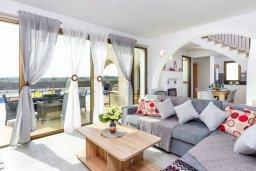 Гостиная. Кипр, Ионион - Айя Текла : Великолепная вилла с 3-мя спальнями, 2-мя ванными комнатами, с бассейном, просторной верандой с патио, солнечной террасой с lounge-зоной и барбекю, расположена всего в нескольких шагах от красивой гавани Potamos