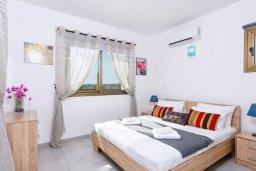 Спальня. Кипр, Ионион - Айя Текла : Великолепная вилла с 3-мя спальнями, 2-мя ванными комнатами, с бассейном, просторной верандой с патио, солнечной террасой с lounge-зоной и барбекю, расположена всего в нескольких шагах от красивой гавани Potamos