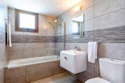 Ванная комната. Кипр, Ионион - Айя Текла : Великолепная вилла с 3-мя спальнями, 2-мя ванными комнатами, с бассейном, просторной верандой с патио, солнечной террасой с lounge-зоной и барбекю, расположена всего в нескольких шагах от красивой гавани Potamos