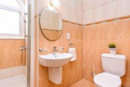Ванная комната. Кипр, Каппарис : Уютная вилла с 2-мя спальнями, с бассейном и пышным садом с патио и барбекю