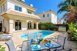 Фасад дома. Кипр, Каппарис : Уютная вилла с 2-мя спальнями, с бассейном и пышным садом с патио и барбекю