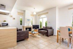 Гостиная. Кипр, Каппарис : Уютная вилла с 2-мя спальнями, с бассейном и пышным садом с патио и барбекю