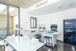 Кухня. Кипр, Пернера : Роскошная современная вилла с шикарным видом на море, с 6-ю спальнями, с бассейном и джакузи