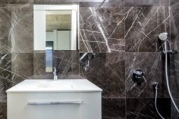 Ванная комната. Кипр, Пернера : Роскошная современная вилла с шикарным видом на море, с 6-ю спальнями, с бассейном и джакузи