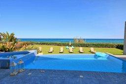 Бассейн. Кипр, Пернера : Роскошная современная вилла с шикарным видом на море, с 6-ю спальнями, с бассейном и джакузи