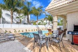 Зона отдыха у бассейна. Кипр, Каппарис : Прекрасная вилла с 3-мя спальнями, с бассейном и приватным двориком с патио и барбекю