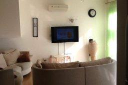 Гостиная. Кипр, Гермасойя Лимассол : Уютный таунхаус с общим бассейном и приватным двориком, 3 спальни, 2 ванные комнаты, барбекю, парковка, Wi-Fi