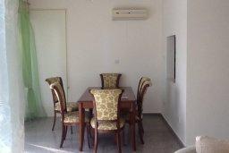 Обеденная зона. Кипр, Гермасойя Лимассол : Уютный таунхаус с общим бассейном и приватным двориком, 3 спальни, 2 ванные комнаты, барбекю, парковка, Wi-Fi