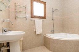 Ванная комната. Кипр, Нисси Бич : Роскошная вилла с 4-мя спальнями, с бассейном и большим приватным двориком с патио и барбекю