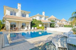 Фасад дома. Кипр, Каппарис : Прекрасная вилла с видом на море, с 3-мя спальнями, с бассейном, патио и барбекю, расположена в 100 метрах от пляжа