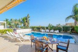 Зона отдыха у бассейна. Кипр, Каппарис : Прекрасная вилла с видом на море, с 3-мя спальнями, с бассейном, патио и барбекю, расположена в 100 метрах от пляжа