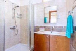 Ванная комната. Кипр, Каппарис : Прекрасная вилла с видом на море, с 3-мя спальнями, с бассейном, патио и барбекю, расположена в 100 метрах от пляжа