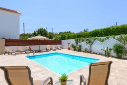 Бассейн. Кипр, Коннос Бэй : Превосходная вилла с 3-мя спальнями, с бассейном и солнечной террасой с патио и барбекю