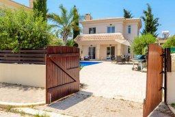 Фасад дома. Кипр, Каппарис : Превосходная вилла с 3-мя спальнями, с бассейном и зеленым двориком с патио и барбекю