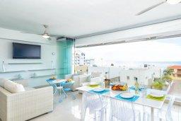 Гостиная. Кипр, Фиг Три Бэй Протарас : Роскошный современный пентхаус с большой террасой на крыше с панорамным видом на море, с 2-мя спальнями и барбекю