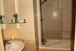 Ванная комната. Кипр, Каппарис : Комфортабельный таунхаус с 3-мя спальнями, в комплексе с бассейном, тренажерным залом и теннисным кортом