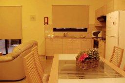 Кухня. Кипр, Каппарис : Комфортабельный таунхаус с 3-мя спальнями, в комплексе с бассейном, тренажерным залом и теннисным кортом
