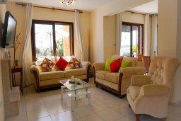 Гостиная. Кипр, Ионион - Айя Текла : Удивительная вилла с потрясающим видом на море, с 4-мя спальнями, с бассейном, с красивым зелёным садом, с патио и барбекю, расположена у пляжа Potamos Bay beach
