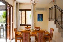 Обеденная зона. Кипр, Ионион - Айя Текла : Удивительная вилла с потрясающим видом на море, с 4-мя спальнями, с бассейном, с красивым зелёным садом, с патио и барбекю, расположена у пляжа Potamos Bay beach