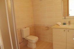 Ванная комната 2. Кипр, Каппарис : Уютный таунхаус с 3-мя спальнями, с приватным двориком с патио, в комплексе с бассейном, теннисным кортом и тренажерным залом