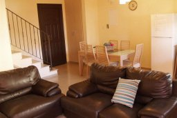 Гостиная. Кипр, Каппарис : Уютный таунхаус с 3-мя спальнями, с приватным двориком с патио, в комплексе с бассейном, теннисным кортом и тренажерным залом