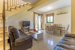 Гостиная. Кипр, Каппарис : Уютный таунхаус с 2-мя спальнями, с террасой, в комплексе с теннисным кортом и бассейном
