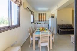 Обеденная зона. Кипр, Каппарис : Уютный таунхаус с 2-мя спальнями, с террасой, в комплексе с теннисным кортом и бассейном