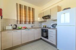 Кухня. Кипр, Каппарис : Уютный таунхаус с 2-мя спальнями, с террасой, в комплексе с теннисным кортом и бассейном