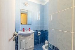 Туалет. Кипр, Каппарис : Уютный таунхаус с 2-мя спальнями, с террасой, в комплексе с теннисным кортом и бассейном