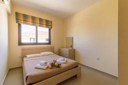 Спальня. Кипр, Каппарис : Уютный таунхаус с 2-мя спальнями, с террасой, в комплексе с теннисным кортом и бассейном