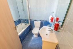 Ванная комната. Кипр, Каппарис : Уютный таунхаус с 2-мя спальнями, с террасой, в комплексе с теннисным кортом и бассейном