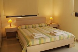Спальня. Кипр, Каппарис : Современный апартамент с 3-мя спальнями, с балконом с видом на море, в комплексе с бассейном, теннисным кортом и тренажерным залом