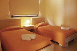Спальня 2. Кипр, Каппарис : Современный апартамент с 3-мя спальнями, с балконом с видом на море, в комплексе с бассейном, теннисным кортом и тренажерным залом