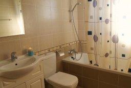 Ванная комната. Кипр, Каппарис : Современный апартамент с 3-мя спальнями, с балконом с видом на море, в комплексе с бассейном, теннисным кортом и тренажерным залом
