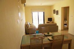Гостиная. Кипр, Каппарис : Современный апартамент с 3-мя спальнями, с балконом с видом на море, в комплексе с бассейном, теннисным кортом и тренажерным залом