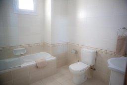 Ванная комната. Кипр, Каппарис : Современный апартамент с 3-мя спальнями, уютным балконом, в комплексе с бассейном и детской площадкой