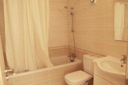 Ванная комната. Кипр, Каппарис : Современный апартамент в комплексе с бассейном, с двумя спальнями и балконом