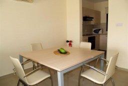 Обеденная зона. Кипр, Каппарис : Современный апартамент в комплексе с бассейном, с двумя спальнями и балконом