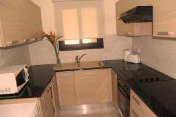 Кухня. Кипр, Каппарис : Современный уютный апартамент с двумя спальнями и балконом, в комплексе с бассейном, тренажерным залом и теннисным кортом