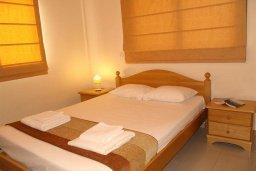 Спальня. Кипр, Каппарис : Прекрасный апартамент с двумя спальнями и балконом, в комплексе с бассейном, тренажерным залом и теннисным кортом