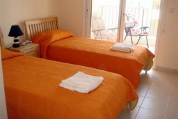 Спальня. Кипр, Каппарис : Комфортабельный апартамент в комплексе с бассейном, с гостиной, отдельной спальней и балконом