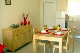 Обеденная зона. Кипр, Каппарис : Комфортабельный апартамент в комплексе с бассейном, с гостиной, отдельной спальней и балконом