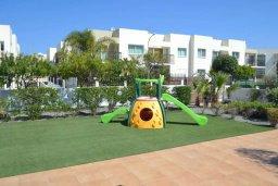 Детская площадка. Кипр, Каппарис : Комфортабельный апартамент с 2-мя спальнями, с гостиной и балконом, в комплексе с бассейном и детской площадкой
